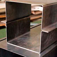Corte e dobra de chapas de aço